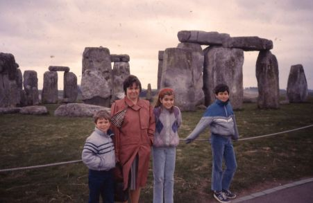 1986 07 Stonehenge Cindi and kids